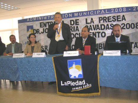 Ligia López Aceves, sindica, Ricargo Guzmán, alcalde, Rigoberto Ortiz, secretario y regidores, en sesión solemne de Cabildo