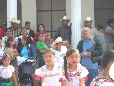 Se ven con él Quico Duarte, Ramiro Rodriguez, Ana Martinez, doña Rufina, otras personas y las lindas pequeñas