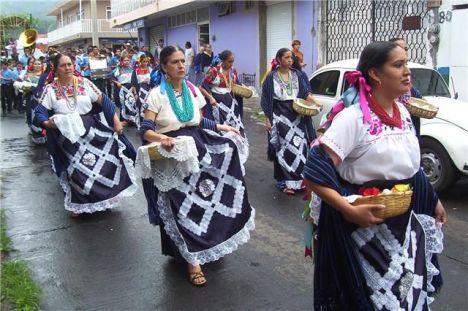 música y artístico vestuario en barrio de Uruapan, Michoacán, México