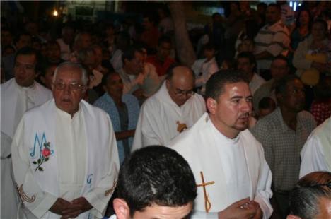 Presbíteros, entre ellos el padre Sotero, en procesión de la Virgende la Esperanza