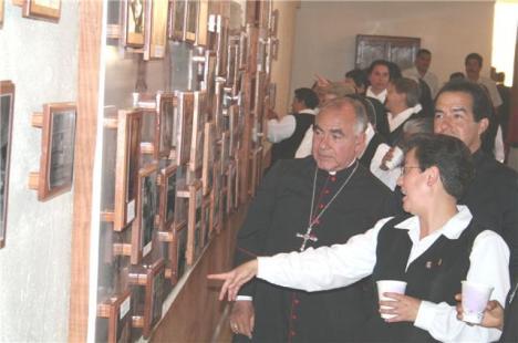 La directora explica a monseñor Navarro, obispo de Zamora