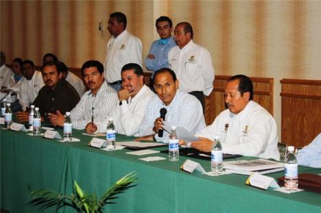 Con él, Ricardo Guzmán el alcalde, y el diputado local Eduardo Villaseñor Meza, entre otras personas