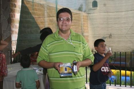 El convivio de los Periodistas. Miguel muestra su  premio en la rifa