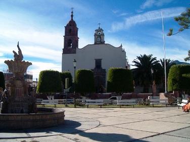 Zináparo, una vista de la plaza, con su templo