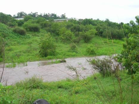 El Colegio Juana de Asbaje, arribita del arroyo, esta mañana del 7 de septiembre, con agua muy abundante
