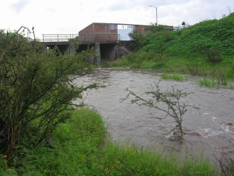 Aquí se forma un estanque, antes de cruzar el puente