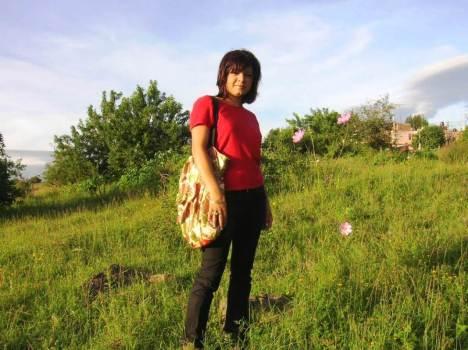 Ellas, las florecitas, la distrajeron en su caminar diario