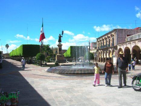Paseantes frente a la fuente nueva, en la ezquina Oriente del jardín principal de La Piedad (Fotos de smc)