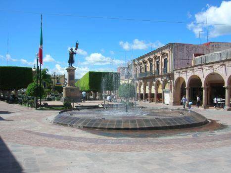 Una  panorámica, con la fuente recién estrenada frente al monumento a don Miguel Hidalgo, el cura insurgente que inició la Independencia de México