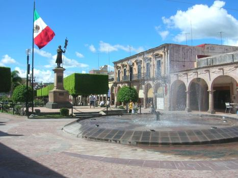 Otra vista del área del monumento a don Miguel Hidalgo. El portal Norte, como fondo