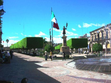 Ala Oriente del jardín principal. Preside el Padre de la Patria don Miguel Hidalgo