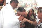 CANTAMISA-Beatriz Ramírez besa las manos al recién ungido