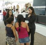 Firma de convenio, 11. Lindas edecanes atienden al público infantil