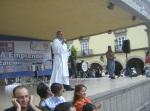 El padre Jesús Alcázar, danto instrucciones a los peregrinos