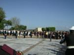 Llega la bandera semifundamental. A la derecha, parte de la banda de guerra del Colegio Vasco de Quiroga