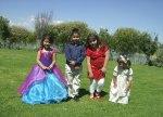 En la boda de Patricia y Jorge, 21, Violeta, Emmanuel, Mary, y Valeria, en el jardín