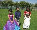 En la boda de Patricia y Jorge, 22, otra toma, en el jardín, de los niños aisstentes
