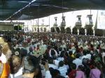 Los obispos con la multitud