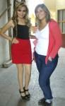 En otra toma, a la entrada del edificio municipal, Gaby con Brenda
