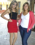 Las jovencitas Gaby, y Brenda, a la entrada del edificio municipal