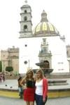 Gaby, y Brenda, frente a la fuente de La Garcita